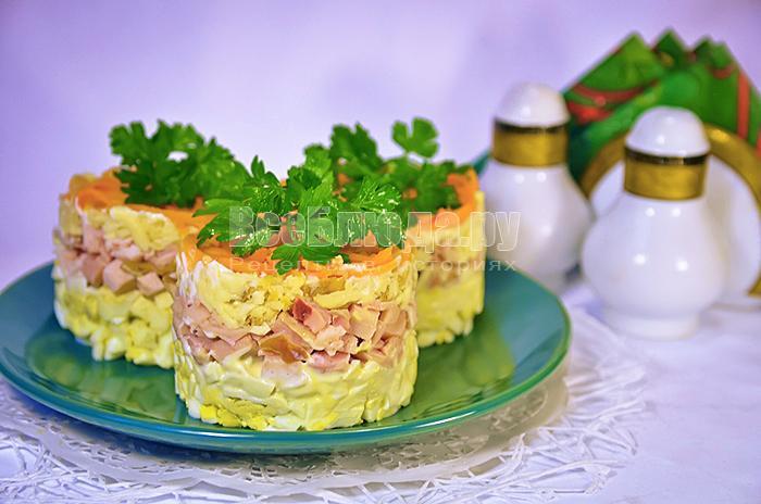 Салат с копченым сыром, корейской морковью и курицей