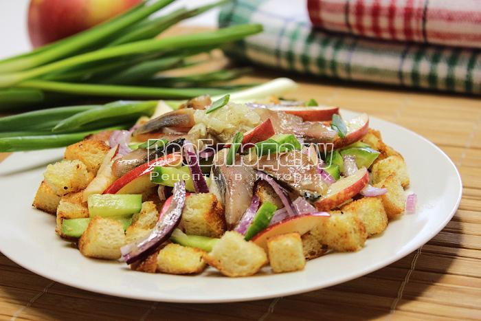 Салат с сельдью и сухариками с острой луковой заправкой