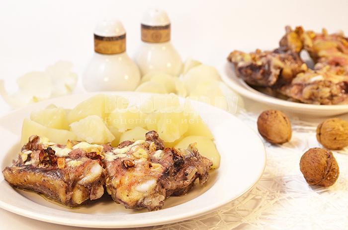 Куриные бедра с чесноком и грецкими орехами в духовке