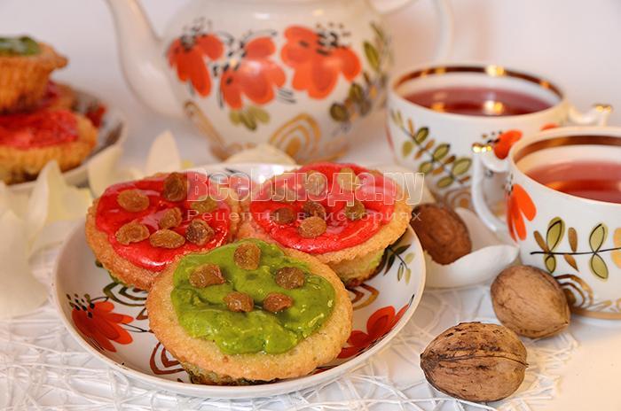 Кексы с изюмом, грецкими орехами и мастикой