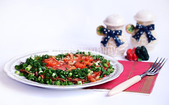 Сом запеченный в духовке с помидорами и луком