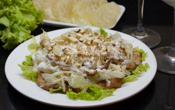 Салат помело, курица, сыр, орешки с йогуртовым соусом