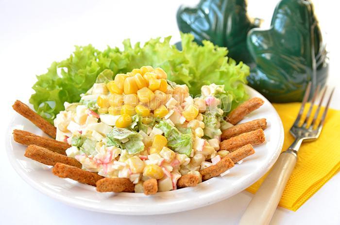 салат с кириешками с кукурузой