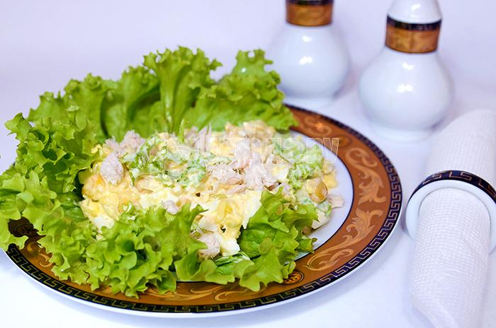Салат с куриным филе, кукурузой, яйцами, сыром