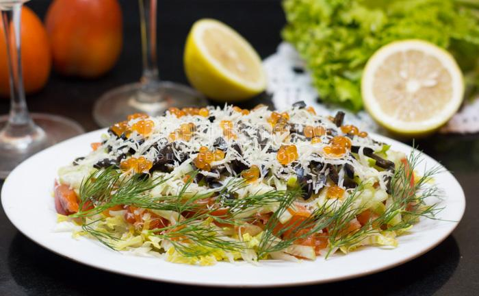 Салат - семга, красная икра, пекинская капуста, огурцы, помидоры, сыр
