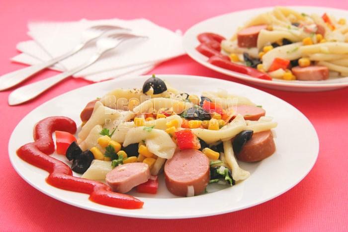 Макаронный салат с сосисками, кукурузой и зеленью