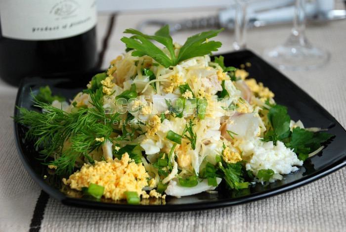 Салат с треской, сыром, яйцами