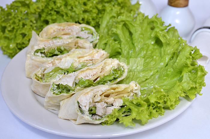 Рулет в лаваше с куриным филе, кукурузой и листьями салата
