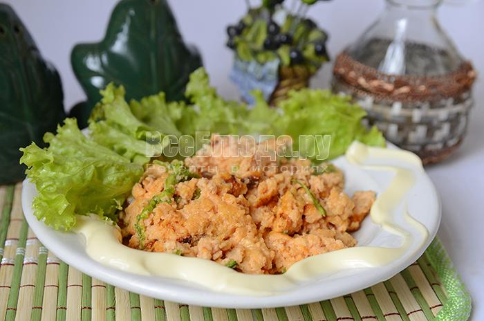 Омлет с сыром и листьями салата на сковороде