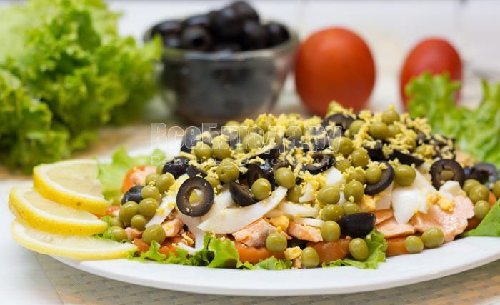 Салат из отварной семги с морковкой, горошком, яйцами, маслинами