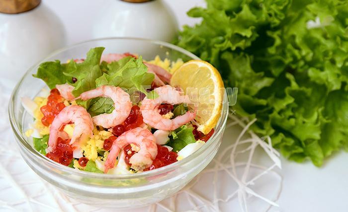 Салат с креветками, икрой и листьями салата
