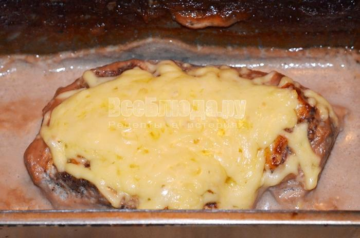 Запеченная говядина в духовке с сыром в нежном соусе
