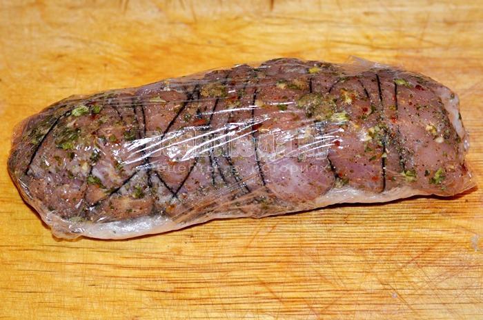 заверните мясо в пленку