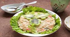 Рецепт салата с киви Цветочная поляна, (крабовые палочки, морковь, чернослив, орехи, яйца, майонез)