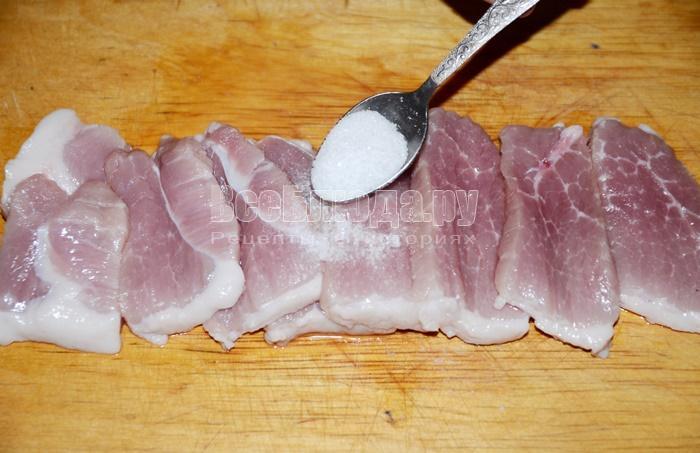 посолите мясо