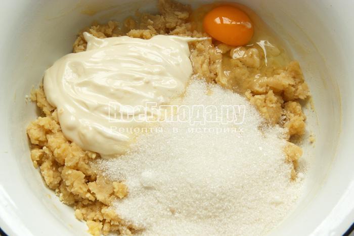 добавляю сахар, майонез, яйцо