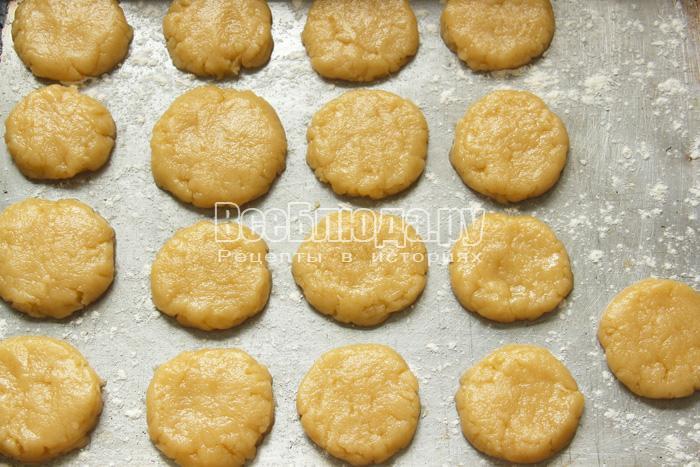 сформировать печенье и выложить на противень