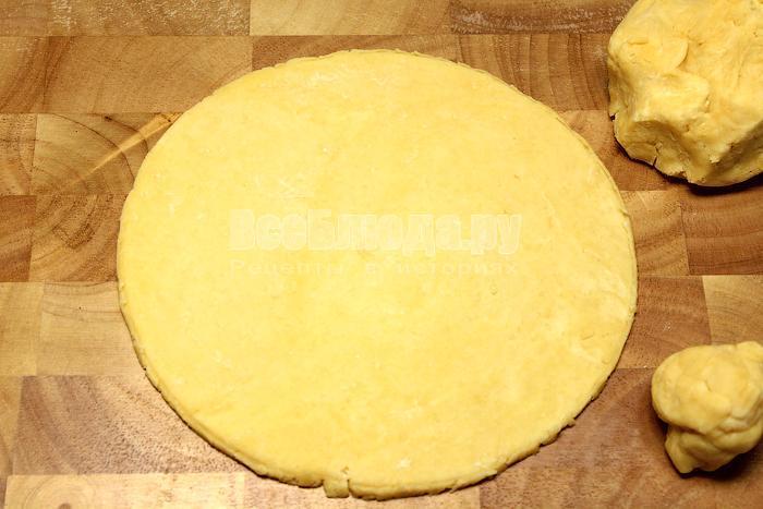 Раскатали тесто в круг