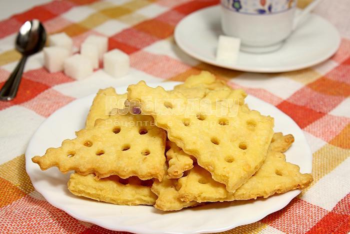 Готовое печенье крекеры на тарелке
