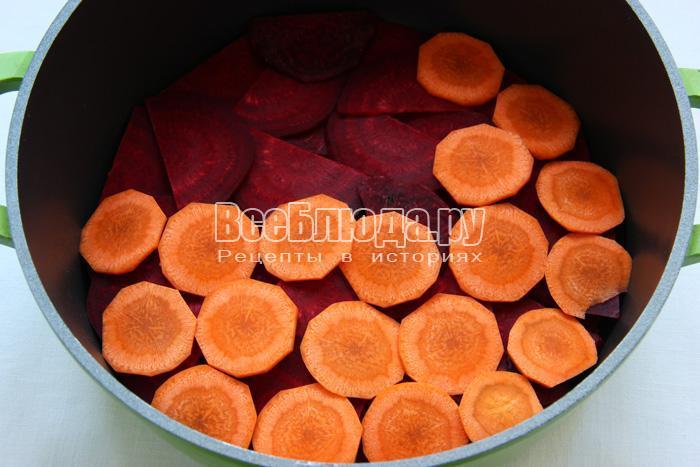 выложить слой морковки