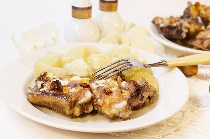 куриные бедра с чесноком в сметанном соусе