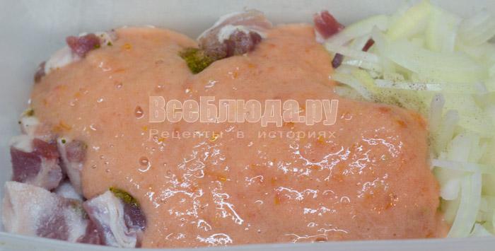 полить помидорным соусом