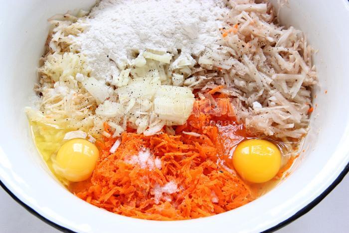 добавляю соль, муку, перец, яйца