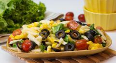 Салат Козел в огороде (кукуруза, яблоко, маслины, помидоры, салатные листья)