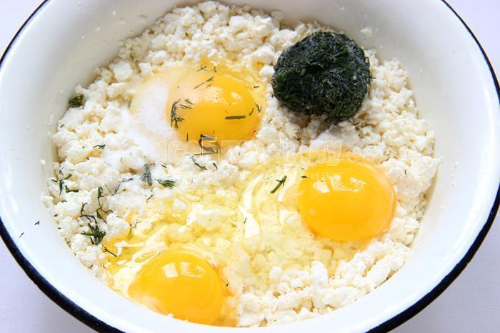 соединяю творог, яйца, укроп и соль