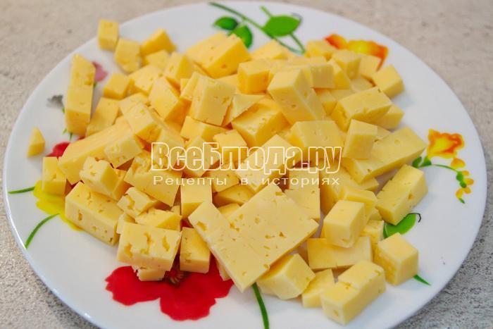 порезать сыр кубиками