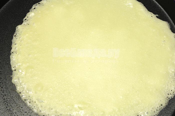 Налили тесто на сковородку