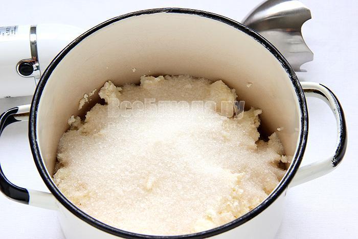 измельчаю творог с сахаром