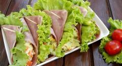 Рулетики из ветчины с овощной начинкой и салатными листьями