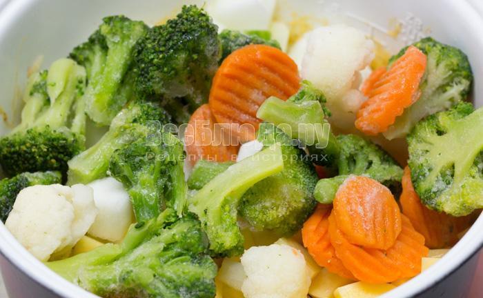 положить брокколи и морковку
