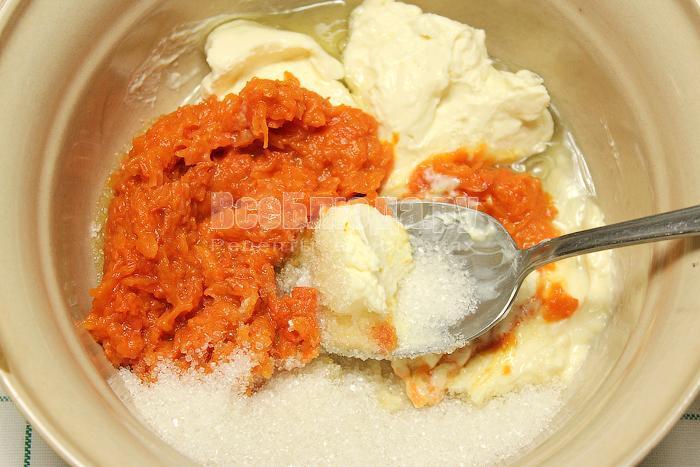 Смешали тыквенное пюре, йогурт, яйцо и сахар