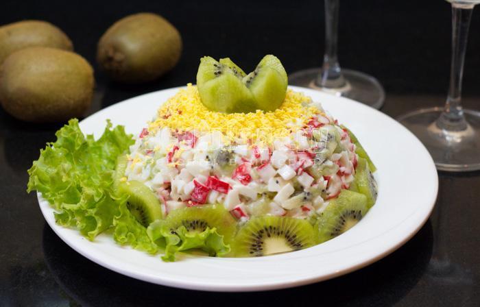 рецепт салата из киви и крабовых палочек