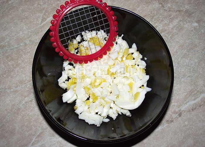 нарежьте яйца