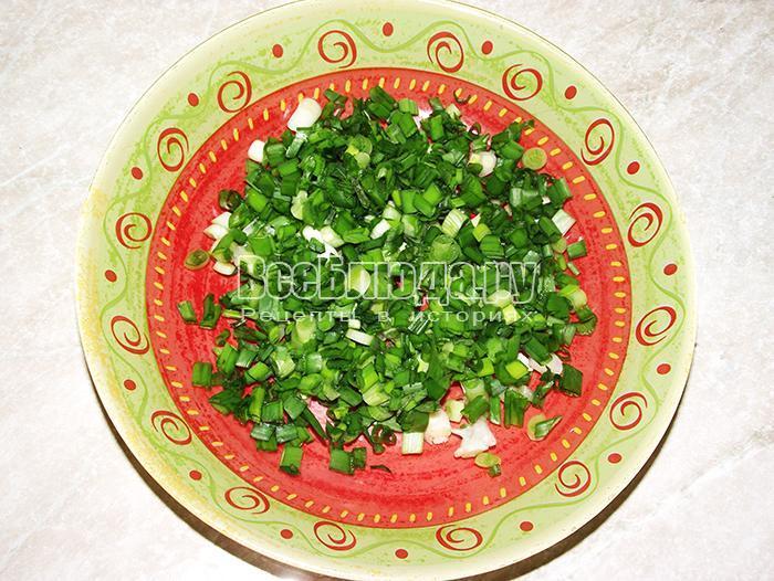 покрошите зеленый лук