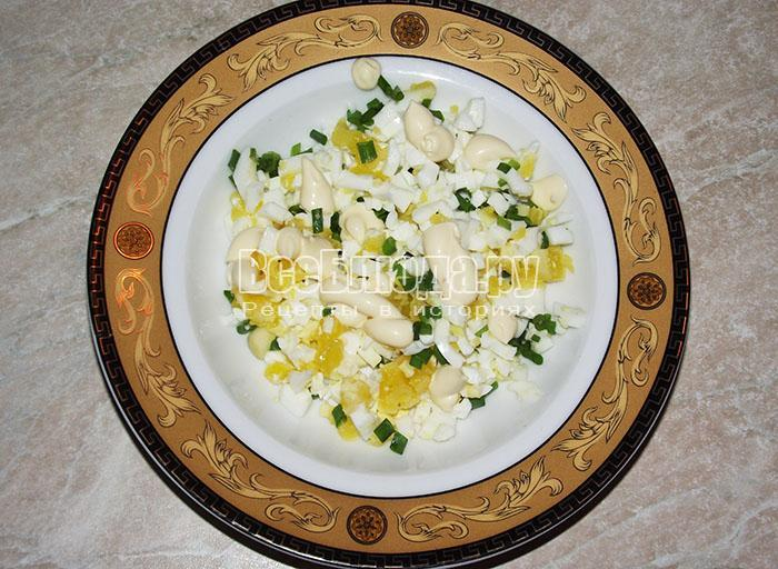 высыпите яйца в салатницу