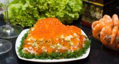 Салат в виде сердца с икрой и креветками