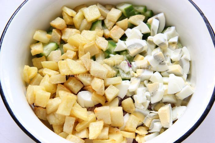 добавляю картофель, куриные яйца