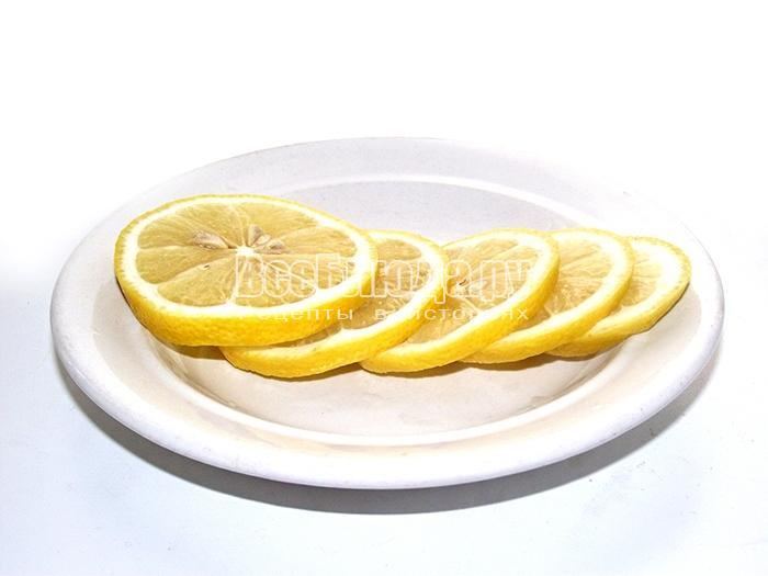 порезать лимоны кружочками