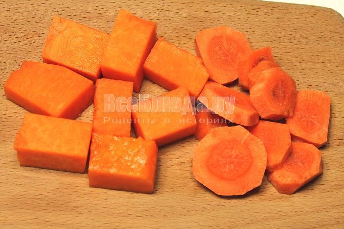 Нарезали тыкву кубиками, морковь кружочками