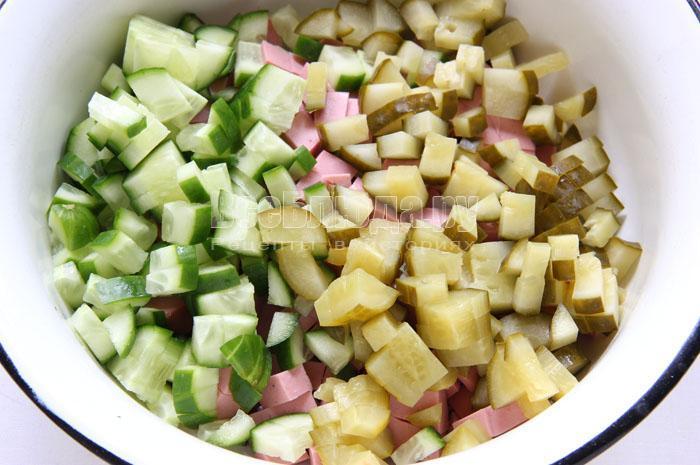 Салат из фасоли моркови огурца и колбасы