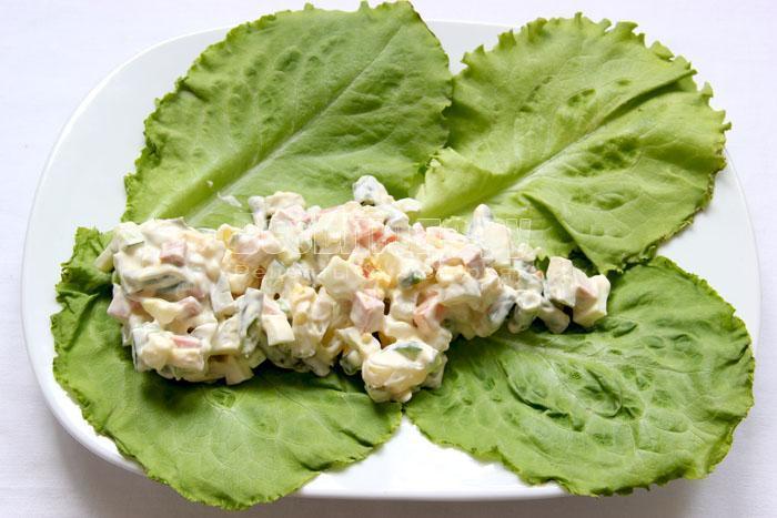 выкладываю салат на листья