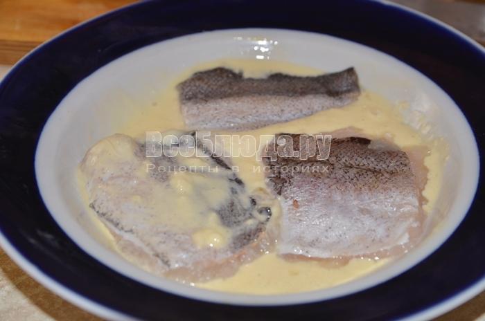 окуните рыбу в кляре