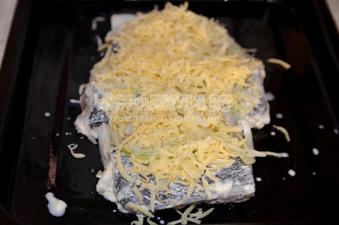 посыпьте рыбу сыром