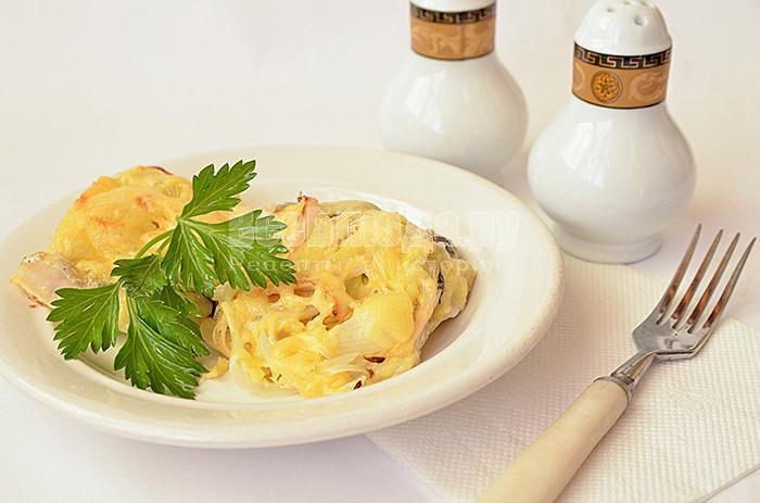 Хек, запеченный в духовке с луком и сыром