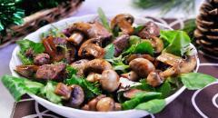 Салат из печени, зелени и грибов