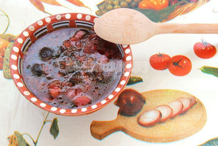 порция борща с черносливом
